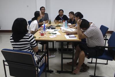学员讨论和相互点评新设计的自然体验课程