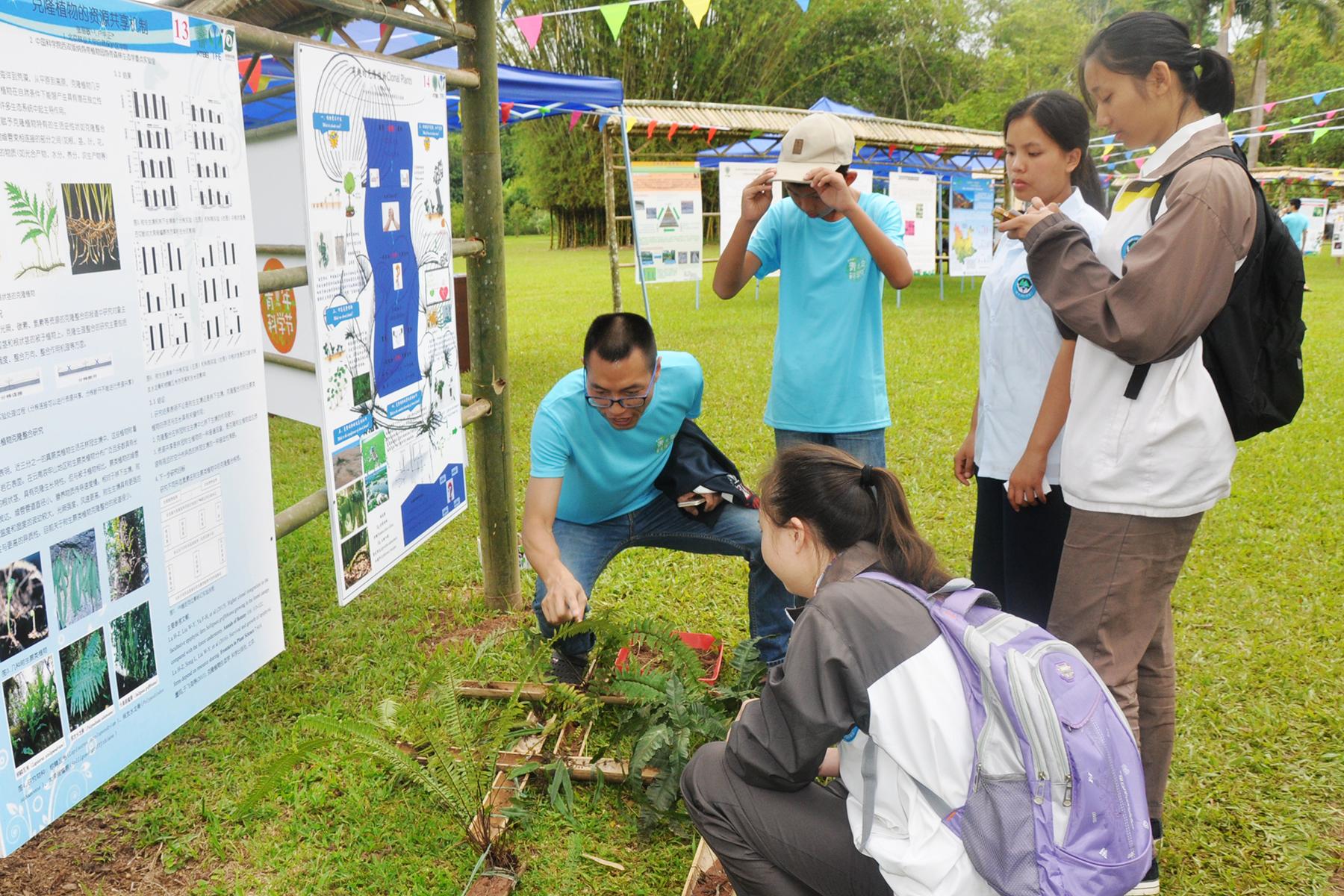 青年科学家和中学生互动